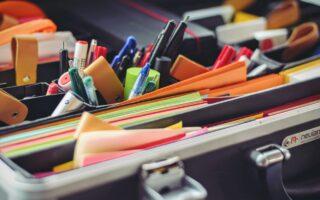 Büroartikel finden sich in einem Paper-Shop